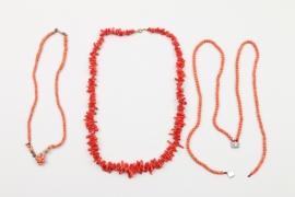 Drei Halsketten aus roter Koralle