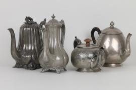 Vier Teekannen aus Zinn, England, 1. Hälfte 20. Jh.