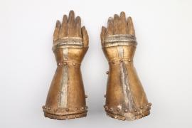 Ein Paar geschnitzte Panzerhandschuhe, Votivhände, deutsch 17./18. Jh.
