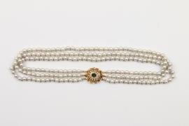 Dreisträngige Perlenkette mit goldener, smaragdbesetzter Schließe, deutsch um 1900
