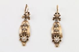 Ein Paar goldene Ohrringe mit Diamantrosen um 1880