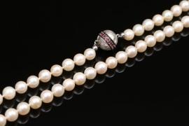Perlenkette mit Schmucksteinen am Verschluss