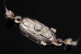 Verschluss eines Art Déco Schmuckstückes mit Diamant
