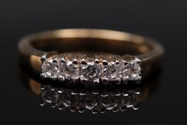 Schlichter Ring mit Zirkonen