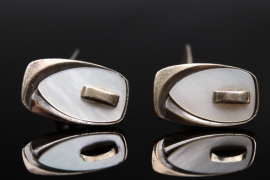 Silver cufflinks with mother-of-pearl datail
