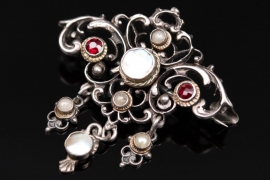 Antique brooch with pearl details