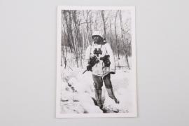 Photo soldier in white winter camo uniform