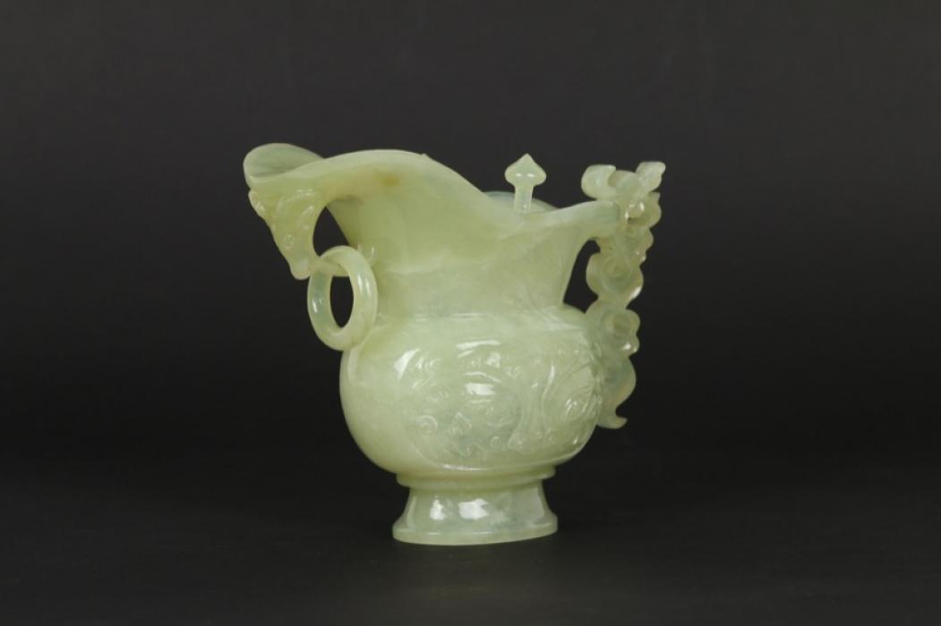 Opfergefäß (Jue) aus grünem Jadeit, China, 20. Jh.