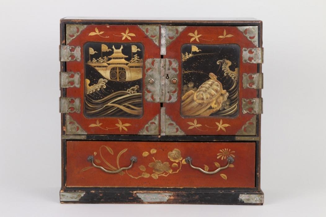 Schmückkästchen in Form eines Miniaturmöbels, China um 1920