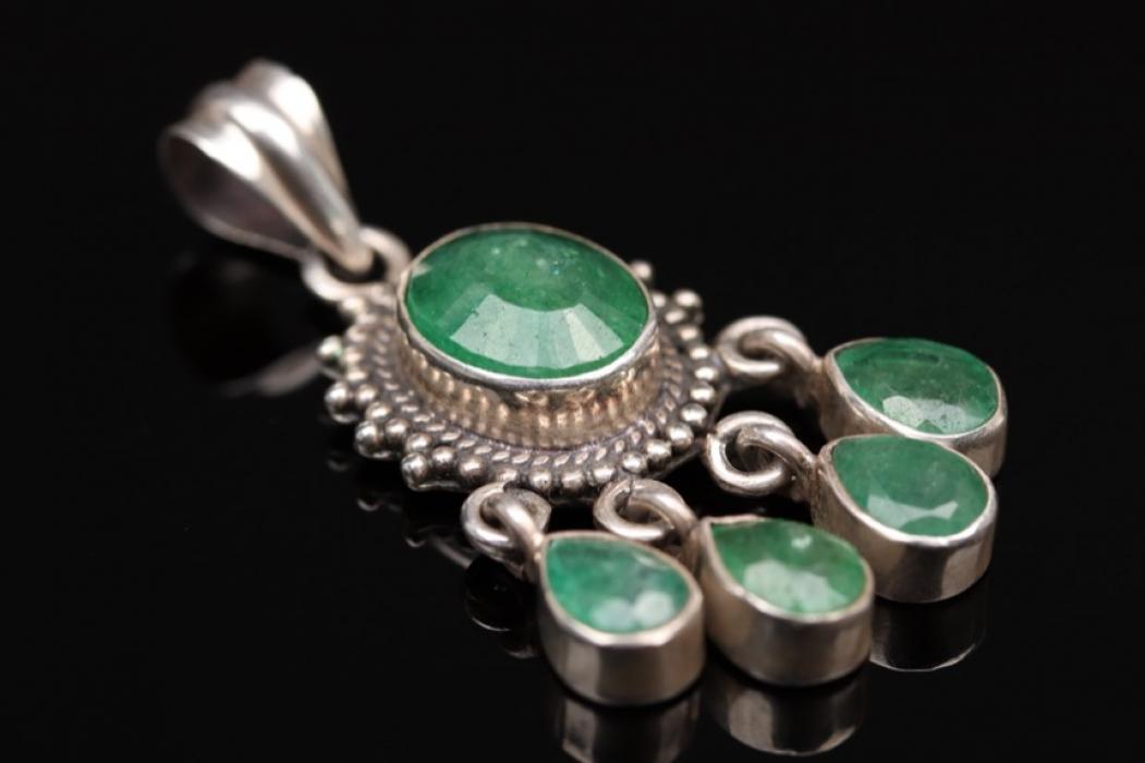 Silberanhänger mit grünen Schmucksteinen