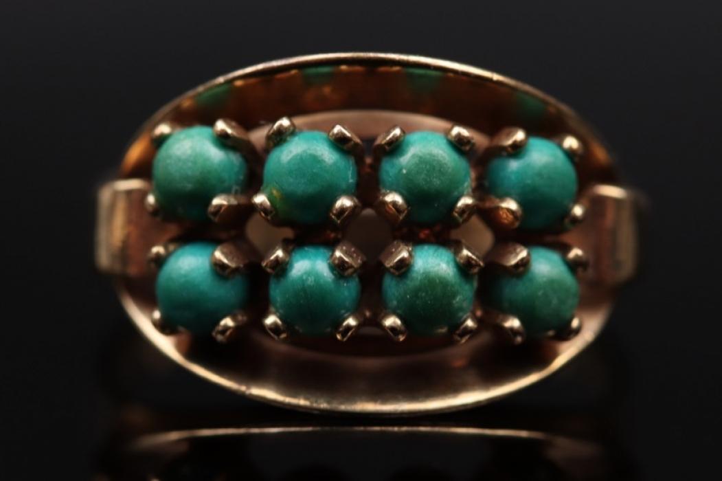Ring mit grünen Edelsteinen