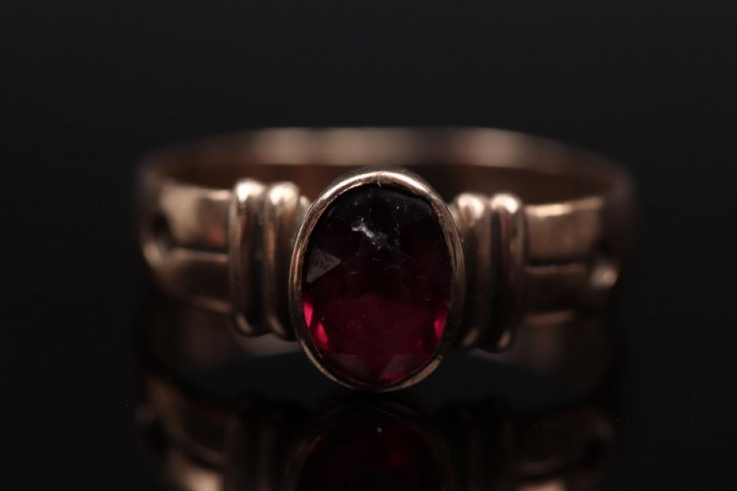 Ring mit oval-geschliffenem rotem Edelstein