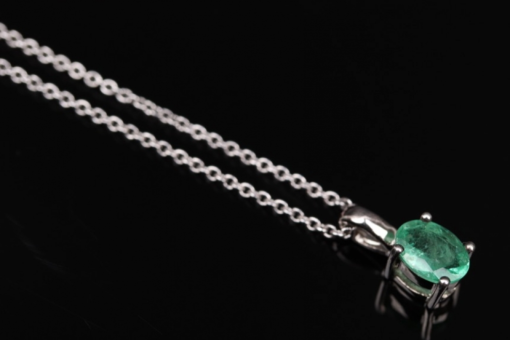 Silver necklace with oval-cut emerald