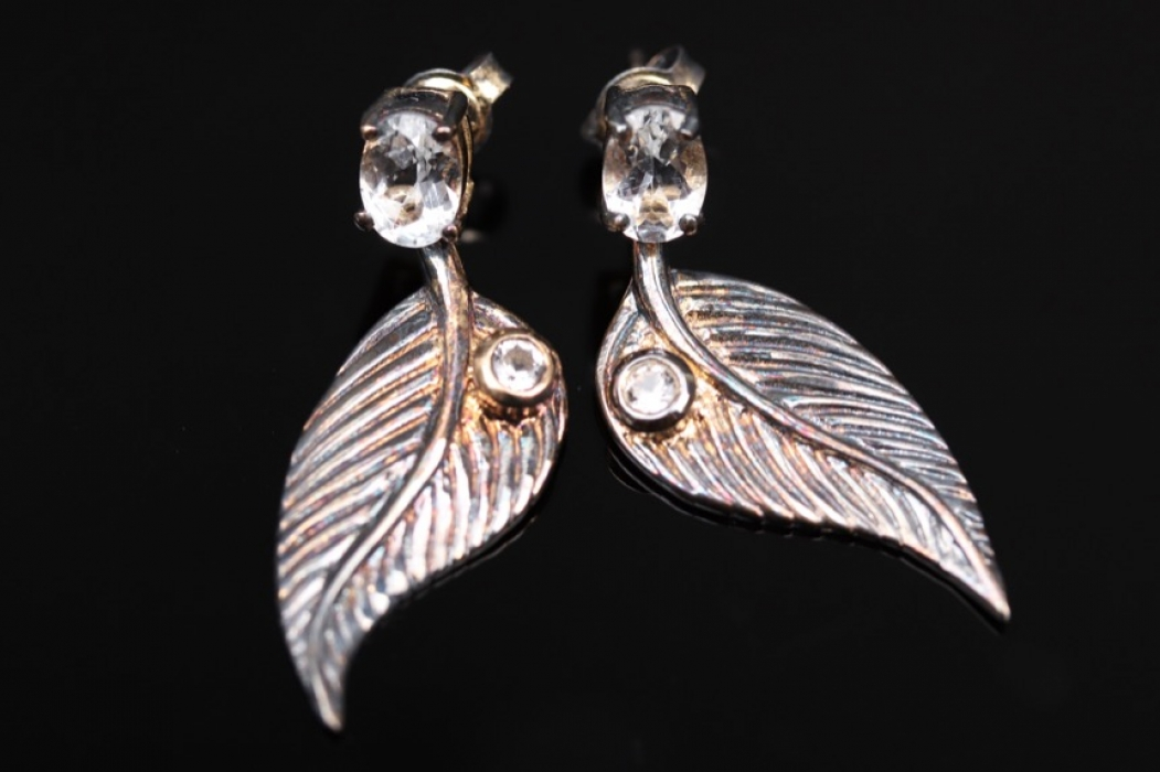 Silver earstuds with feather design and goshenites