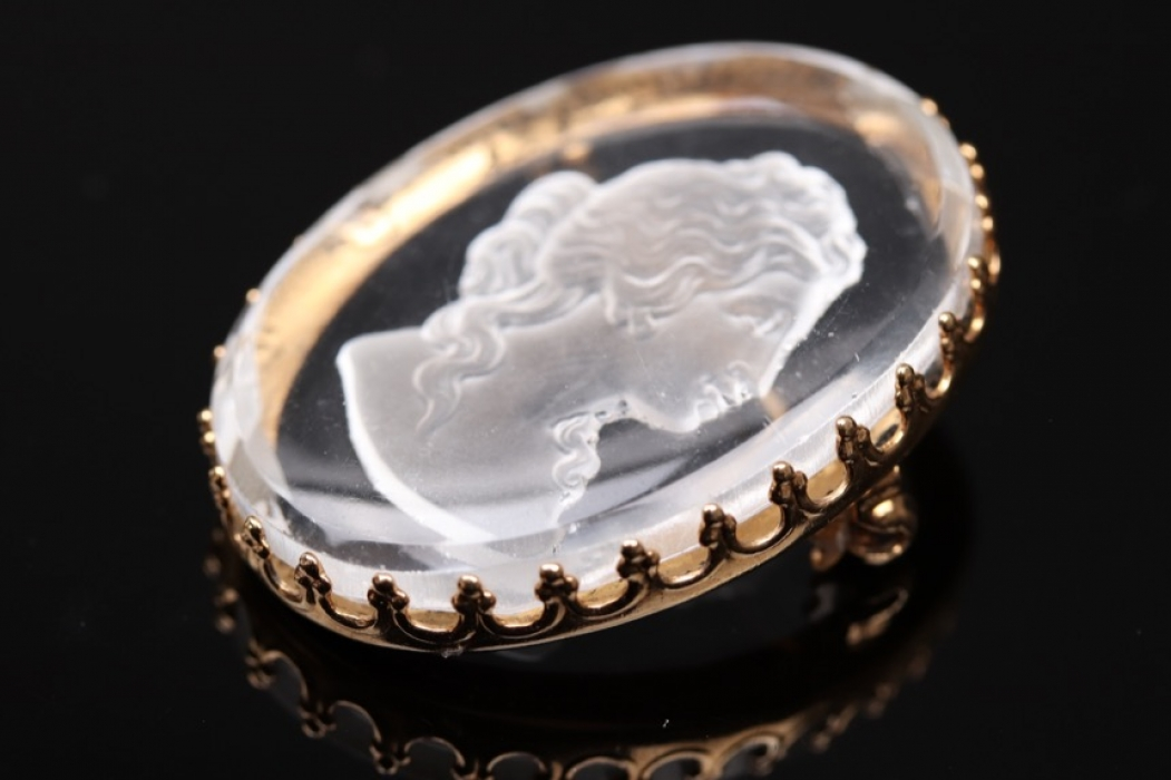 Brooch with glass-intaglio