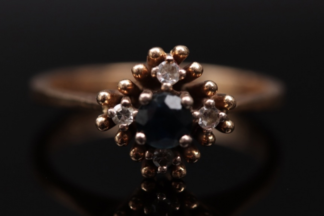 Golden vintage ring with sapphire and diamonds