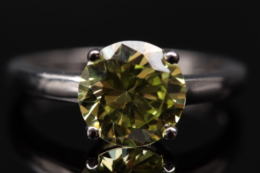 Silver solitaire-ring with yellow-green cubic zirconia