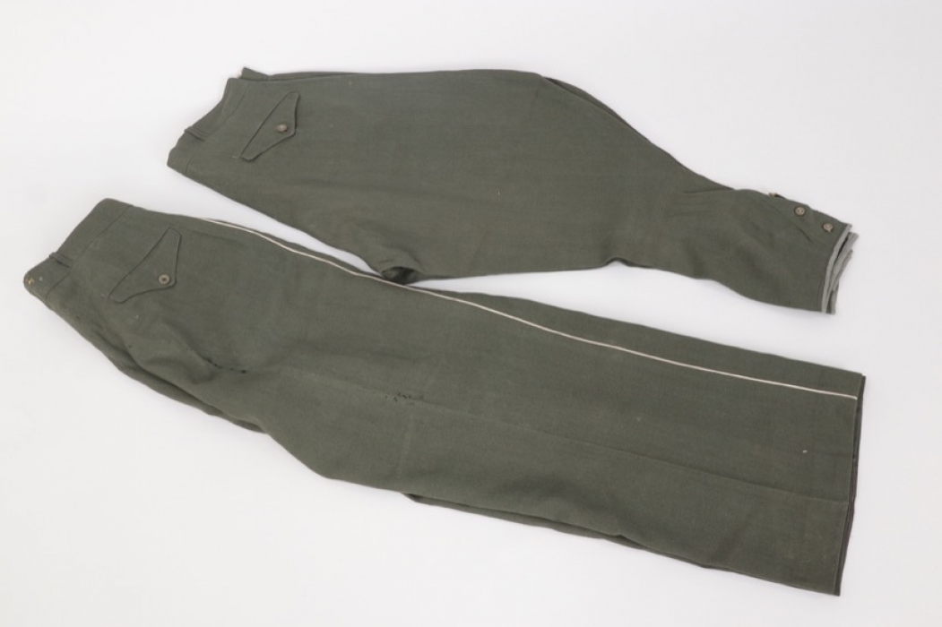 Heer breeches and straight trousers to the same soldier
