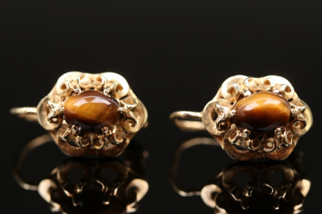Pair of flower shaped earring with tiger's eye